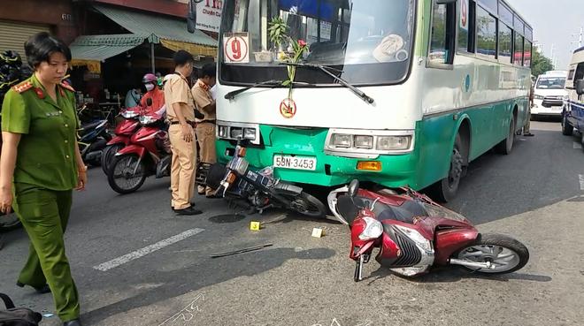 TP.HCM: Xe buýt tuột thắng cuốn hơn 10 xe máy đang chờ đèn đỏ, nhiều người nhập viện cấp cứu - Ảnh 2.