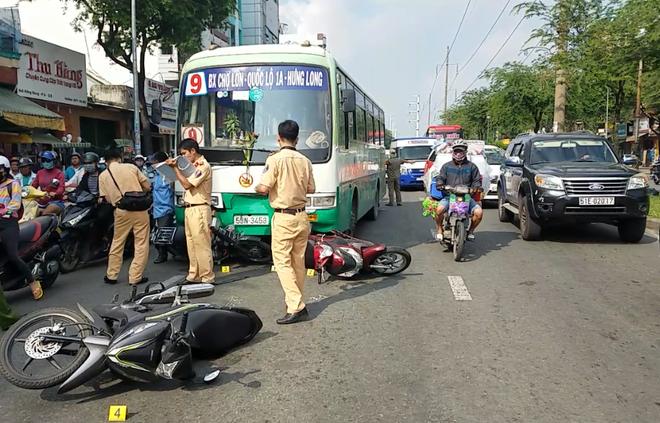 TP.HCM: Xe buýt tuột thắng cuốn hơn 10 xe máy đang chờ đèn đỏ, nhiều người nhập viện cấp cứu - Ảnh 1.