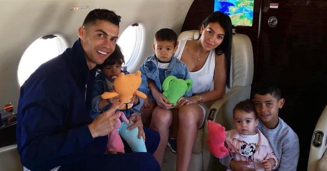 Ronaldo vắng nhà trong ngày sinh nhật con gái rượu, bạn gái Georgina hóa thân thành Đội trưởng Mỹ, một tay quán xuyến 4 nhóc tì - ảnh 3