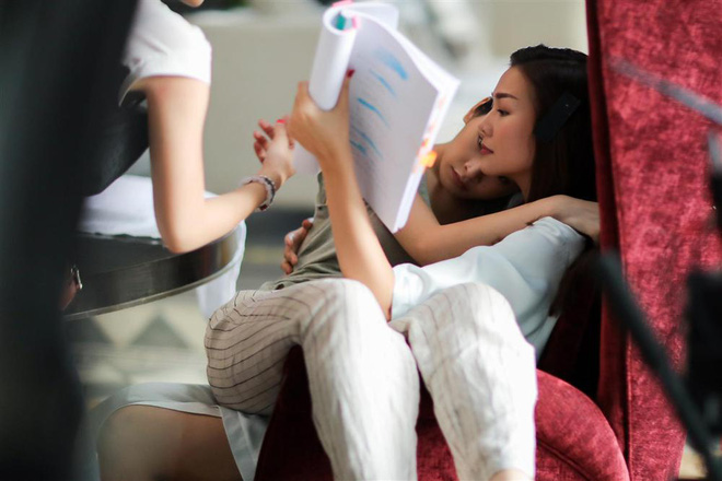 Thanh Hằng - Chi Pu ôm ấp nhau từ hậu trường tới poster phim: Chị Chị Em Em là bách hợp chứ chối cãi gì nữa? - ảnh 2