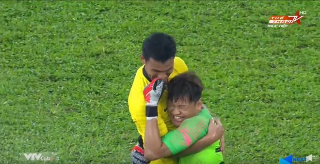 Malaysia vỡ òa sung sướng sau khi đánh bại Thái Lan, giúp tuyển Việt Nam lên ngôi đầu - ảnh 7