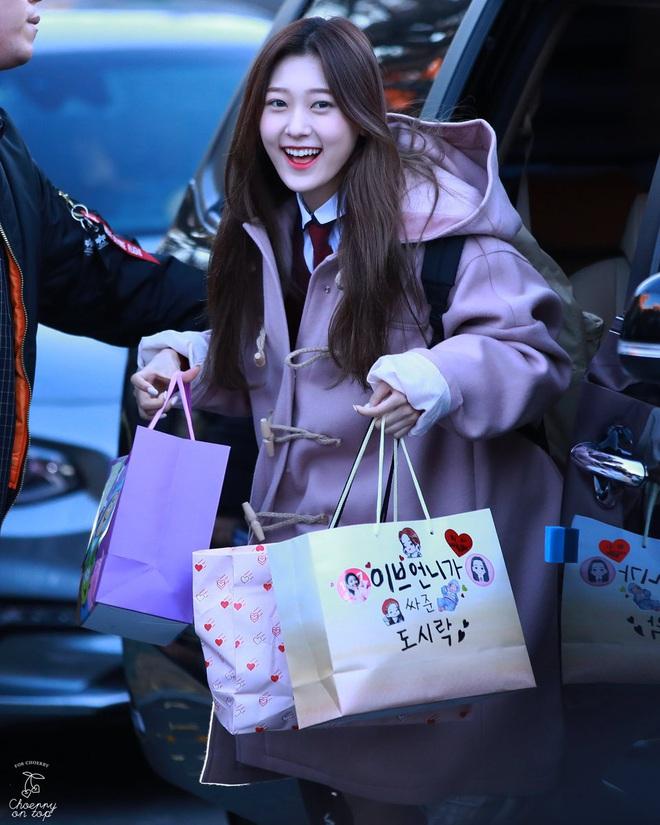 Khung cảnh thần tiên idol Kpop đi thi đại học: Ai cũng diện đồng phục đẹp mãn nhãn, nữ thần lai đọ sắc bên ITZY, LOONA - ảnh 10