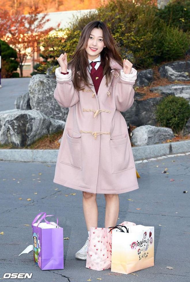 Khung cảnh thần tiên idol Kpop đi thi đại học: Ai cũng diện đồng phục đẹp mãn nhãn, nữ thần lai đọ sắc bên ITZY, LOONA - ảnh 11