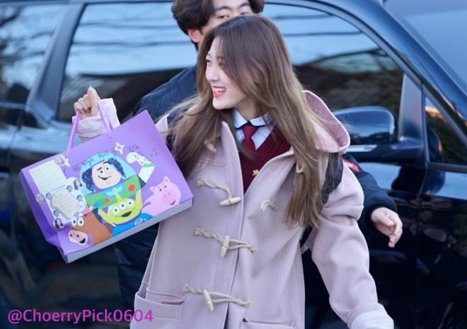 Khung cảnh thần tiên idol Kpop đi thi đại học: Ai cũng diện đồng phục đẹp mãn nhãn, nữ thần lai đọ sắc bên ITZY, LOONA - ảnh 12