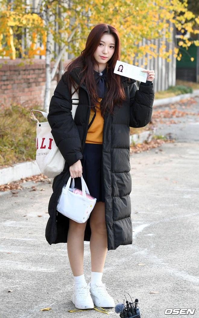 Khung cảnh thần tiên idol Kpop đi thi đại học: Ai cũng diện đồng phục đẹp mãn nhãn, nữ thần lai đọ sắc bên ITZY, LOONA - ảnh 18
