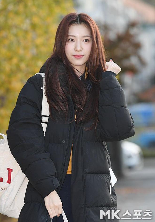 Khung cảnh thần tiên idol Kpop đi thi đại học: Ai cũng diện đồng phục đẹp mãn nhãn, nữ thần lai đọ sắc bên ITZY, LOONA - ảnh 20