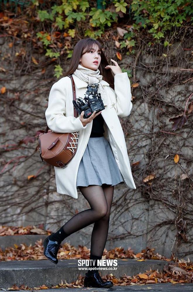 Khung cảnh thần tiên idol Kpop đi thi đại học: Ai cũng diện đồng phục đẹp mãn nhãn, nữ thần lai đọ sắc bên ITZY, LOONA - ảnh 2