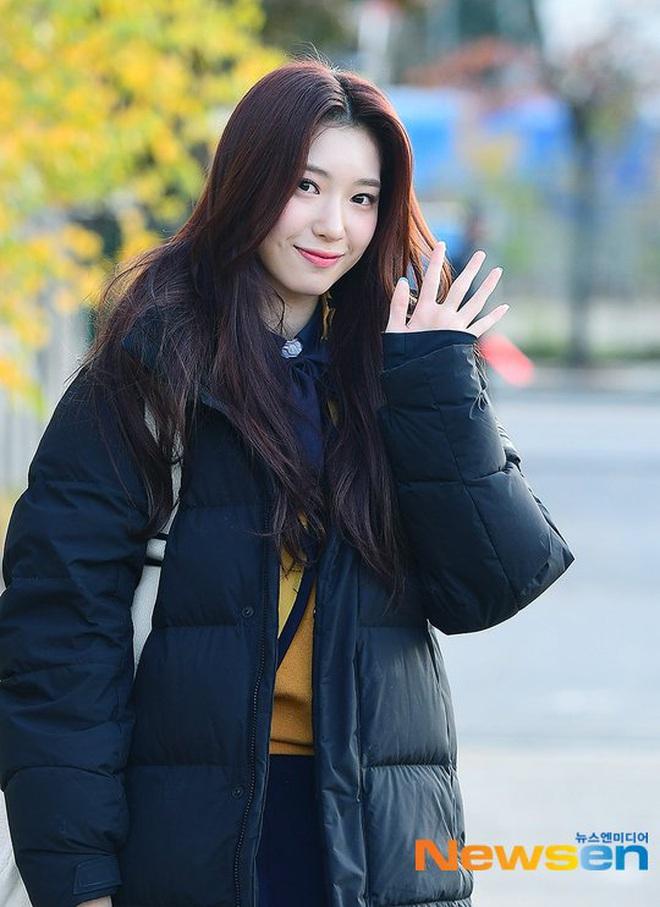 Khung cảnh thần tiên idol Kpop đi thi đại học: Ai cũng diện đồng phục đẹp mãn nhãn, nữ thần lai đọ sắc bên ITZY, LOONA - ảnh 19