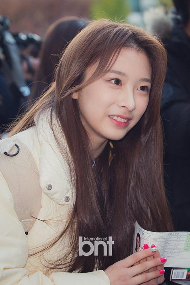 Khung cảnh thần tiên idol Kpop đi thi đại học: Ai cũng diện đồng phục đẹp mãn nhãn, nữ thần lai đọ sắc bên ITZY, LOONA - ảnh 21