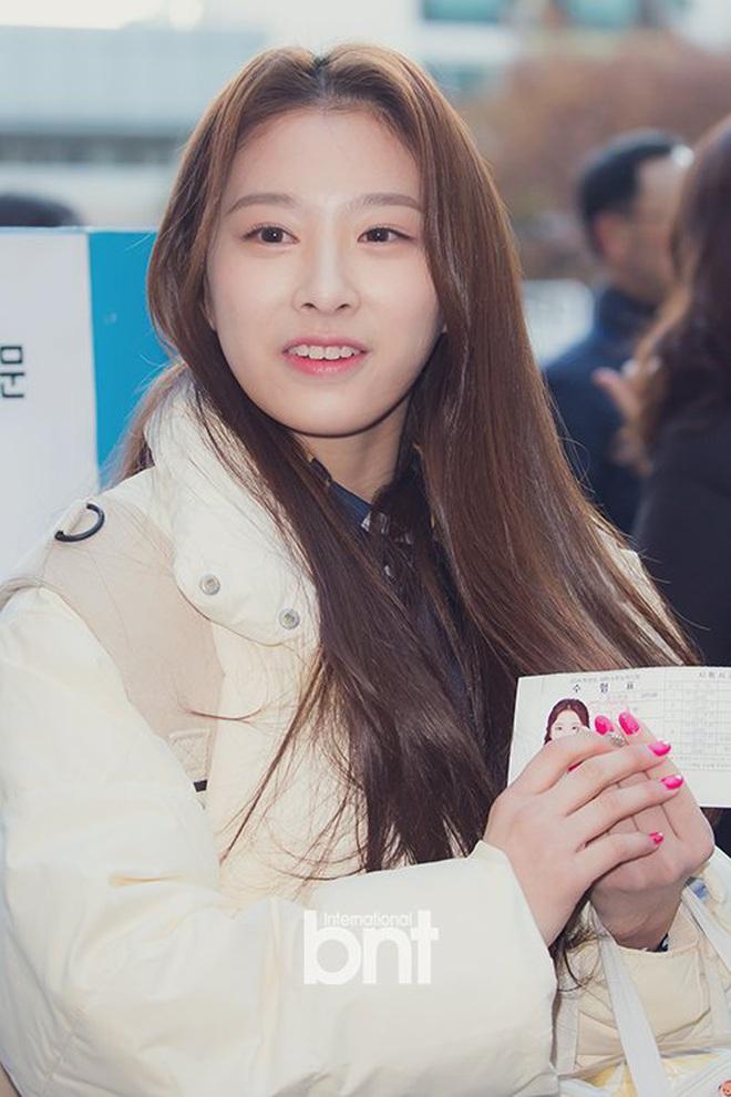 Khung cảnh thần tiên idol Kpop đi thi đại học: Ai cũng diện đồng phục đẹp mãn nhãn, nữ thần lai đọ sắc bên ITZY, LOONA - ảnh 22