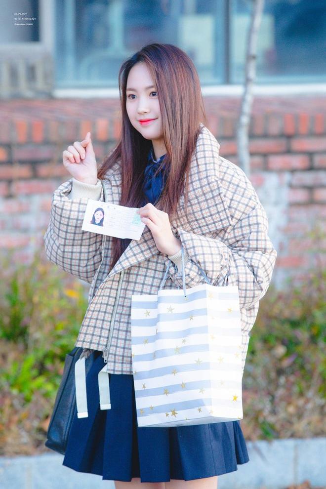 Khung cảnh thần tiên idol Kpop đi thi đại học: Ai cũng diện đồng phục đẹp mãn nhãn, nữ thần lai đọ sắc bên ITZY, LOONA - ảnh 26