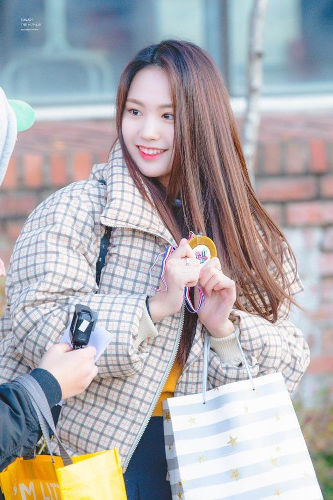 Khung cảnh thần tiên idol Kpop đi thi đại học: Ai cũng diện đồng phục đẹp mãn nhãn, nữ thần lai đọ sắc bên ITZY, LOONA - ảnh 27
