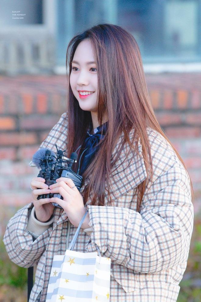 Khung cảnh thần tiên idol Kpop đi thi đại học: Ai cũng diện đồng phục đẹp mãn nhãn, nữ thần lai đọ sắc bên ITZY, LOONA - ảnh 28