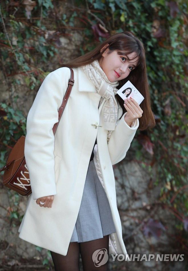 Khung cảnh thần tiên idol Kpop đi thi đại học: Ai cũng diện đồng phục đẹp mãn nhãn, nữ thần lai đọ sắc bên ITZY, LOONA - ảnh 4