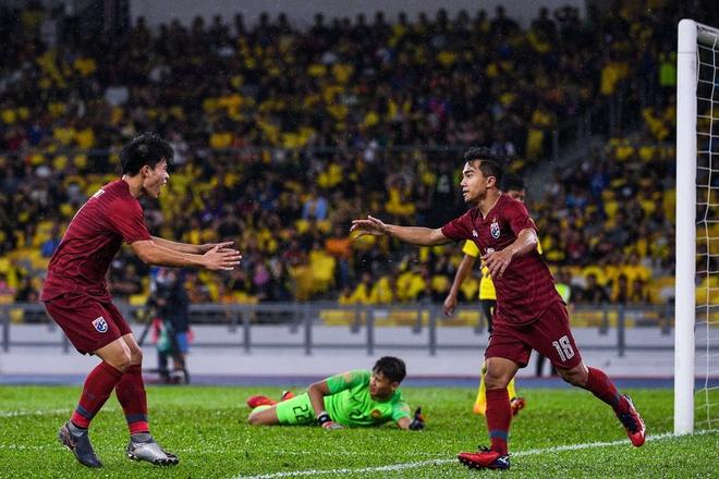 Malaysia vỡ òa sung sướng sau khi đánh bại Thái Lan, giúp tuyển Việt Nam lên ngôi đầu - ảnh 1