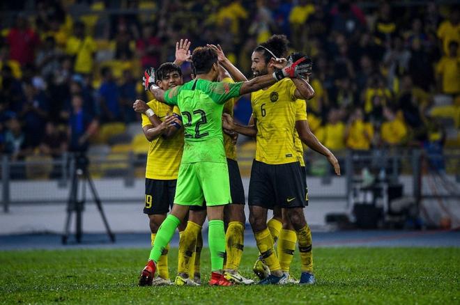 Malaysia vỡ òa sung sướng sau khi đánh bại Thái Lan, giúp tuyển Việt Nam lên ngôi đầu - ảnh 9