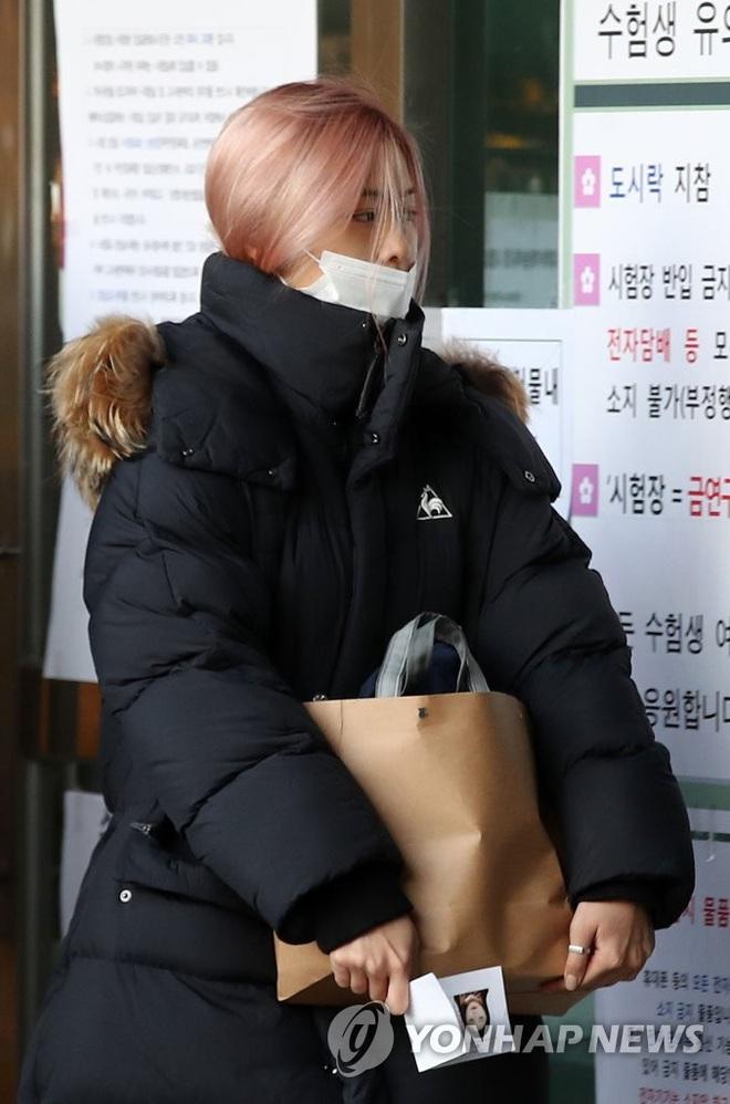 Khung cảnh thần tiên idol Kpop đi thi đại học: Ai cũng diện đồng phục đẹp mãn nhãn, nữ thần lai đọ sắc bên ITZY, LOONA - ảnh 6