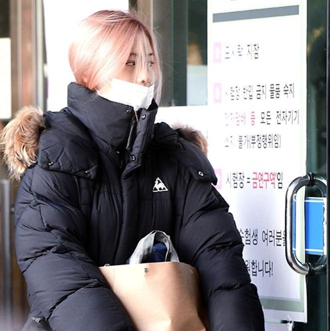 Khung cảnh thần tiên idol Kpop đi thi đại học: Ai cũng diện đồng phục đẹp mãn nhãn, nữ thần lai đọ sắc bên ITZY, LOONA - ảnh 7