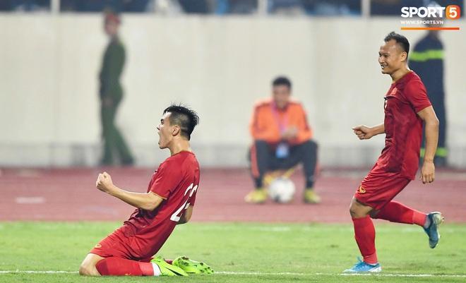 Chàng trai sáng nhất đêm nay của tuyển Việt Nam - Nguyễn Tiến Linh: Khiến đội bạn nhận thẻ đỏ, rồi ghi siêu phẩm đỉnh cao - ảnh 9