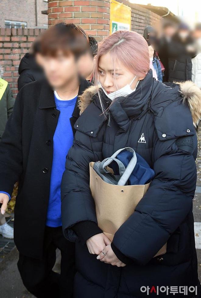 Khung cảnh thần tiên idol Kpop đi thi đại học: Ai cũng diện đồng phục đẹp mãn nhãn, nữ thần lai đọ sắc bên ITZY, LOONA - ảnh 8