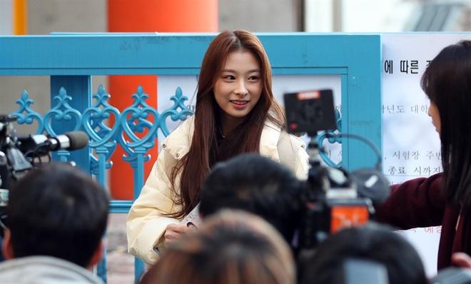 Nửa triệu sĩ tử Hàn Quốc hoàn thành kỳ thi đại học khốc liệt, nhiều nữ thần tượng xinh đẹp góp mặt trong dàn thí sinh - ảnh 6