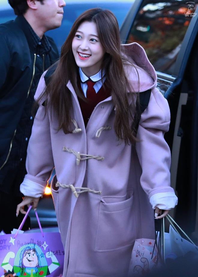 Khung cảnh thần tiên idol Kpop đi thi đại học: Ai cũng diện đồng phục đẹp mãn nhãn, nữ thần lai đọ sắc bên ITZY, LOONA - ảnh 9