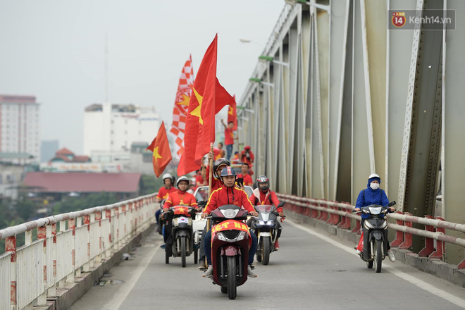 Nhiều giờ trước khi trận đấu giữa Việt Nam và UAE diễn ra, CĐV đã nhuộm đỏ các tuyến đường tiếp lửa cho đội tuyển nước nhà - ảnh 2