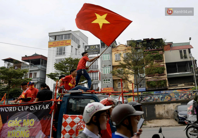 Nhiều giờ trước khi trận đấu giữa Việt Nam và UAE diễn ra, CĐV đã nhuộm đỏ các tuyến đường tiếp lửa cho đội tuyển nước nhà - ảnh 7