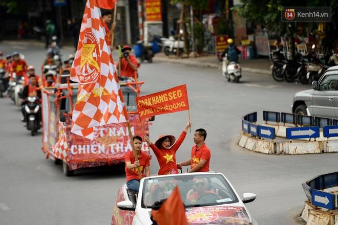 Nhiều giờ trước khi trận đấu giữa Việt Nam và UAE diễn ra, CĐV đã nhuộm đỏ các tuyến đường tiếp lửa cho đội tuyển nước nhà - ảnh 3