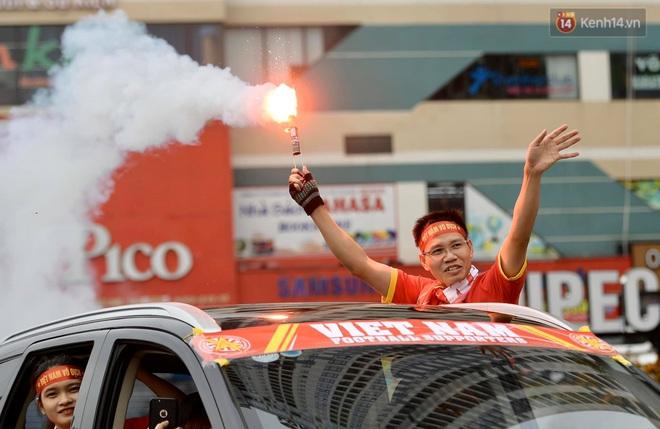 Nhiều giờ trước khi trận đấu giữa Việt Nam và UAE diễn ra, CĐV đã nhuộm đỏ các tuyến đường tiếp lửa cho đội tuyển nước nhà - ảnh 8