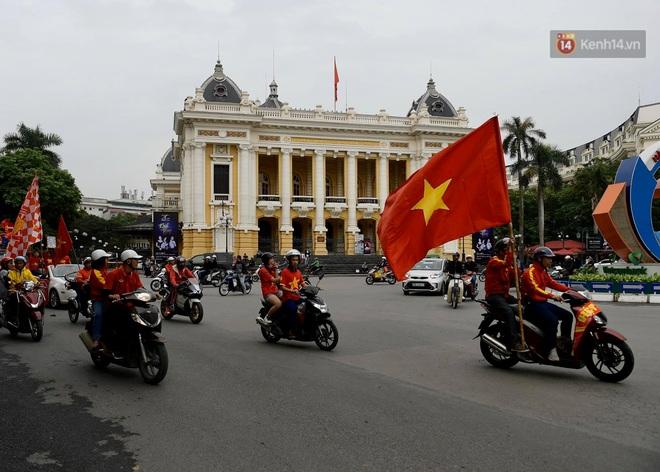 Nhiều giờ trước khi trận đấu giữa Việt Nam và UAE diễn ra, CĐV đã nhuộm đỏ các tuyến đường tiếp lửa cho đội tuyển nước nhà - ảnh 6