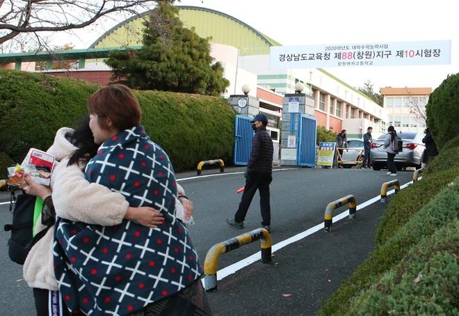 Nửa triệu sĩ tử Hàn Quốc hoàn thành kỳ thi đại học khốc liệt, nhiều nữ thần tượng xinh đẹp góp mặt trong dàn thí sinh - ảnh 11
