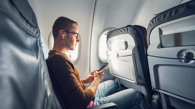 Nếu chẳng may phải ngồi ghế giữa trên máy bay thì đây là những mẹo sống sót cực kì hữu ích dành cho bạn - Ảnh 4.