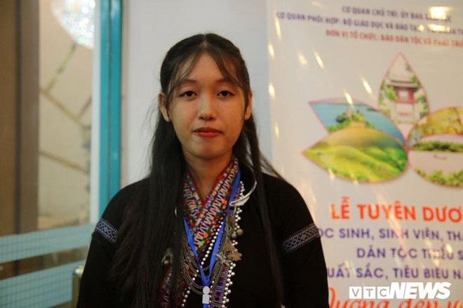 Nữ sinh dân tộc mồ côi cha mẹ khát khao trở thành hướng dẫn viên du lịch - ảnh 1