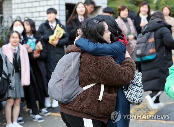Nửa triệu sĩ tử Hàn Quốc hoàn thành kỳ thi đại học khốc liệt, nhiều nữ thần tượng xinh đẹp góp mặt trong dàn thí sinh - ảnh 7