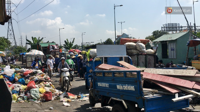 Clip: Ngộp thở những bãi tập kết rác bất đắc dĩ ở Sài Gòn - Ảnh 2.