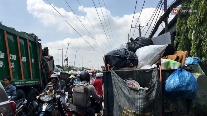 Clip: Ngộp thở những bãi tập kết rác bất đắc dĩ ở Sài Gòn - ảnh 4