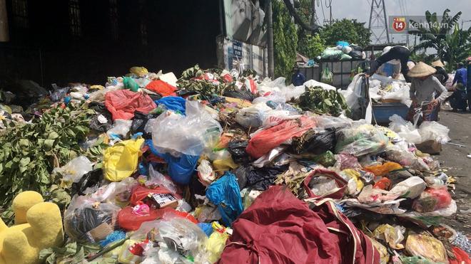 Clip: Ngộp thở những bãi tập kết rác bất đắc dĩ ở Sài Gòn - ảnh 2
