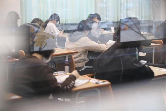 Nửa triệu sĩ tử Hàn Quốc hoàn thành kỳ thi đại học khốc liệt, nhiều nữ thần tượng xinh đẹp góp mặt trong dàn thí sinh - ảnh 9