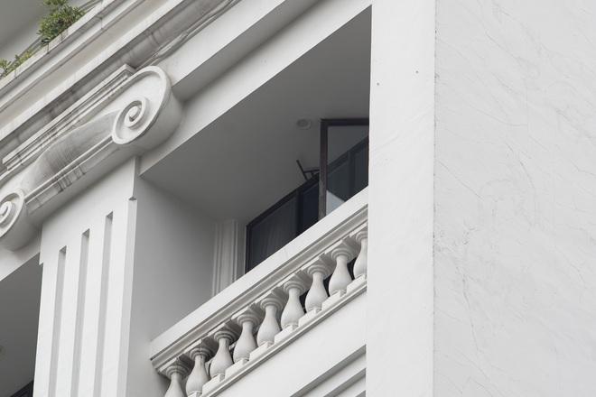 Hà Nội: Cửa kính rơi từ tầng 6, người đi đường ôm đầu chạy thoát thân - Ảnh 2.