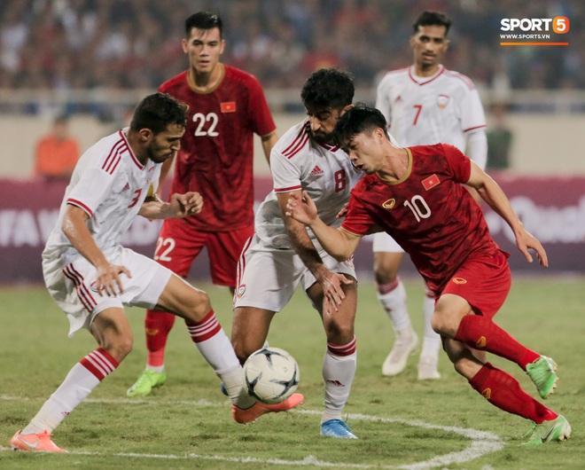Công Phượng đi bóng như đâm vào tường, trở thành trò cười cho cầu thủ UAE và khán giả Việt - ảnh 2
