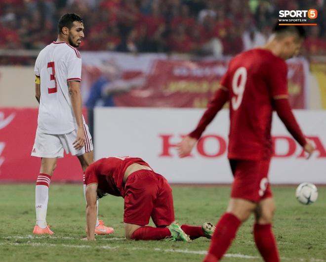 Công Phượng đi bóng như đâm vào tường, trở thành trò cười cho cầu thủ UAE và khán giả Việt - ảnh 6