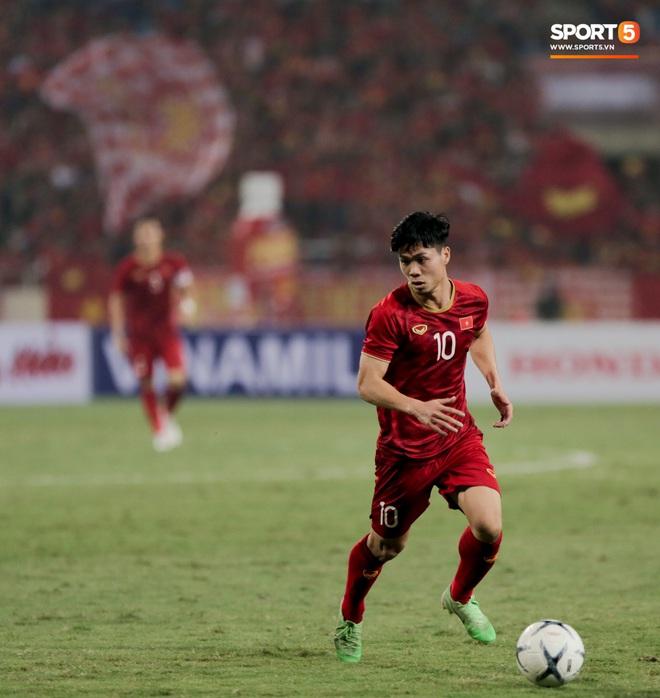 Công Phượng đi bóng như đâm vào tường, trở thành trò cười cho cầu thủ UAE và khán giả Việt - ảnh 16