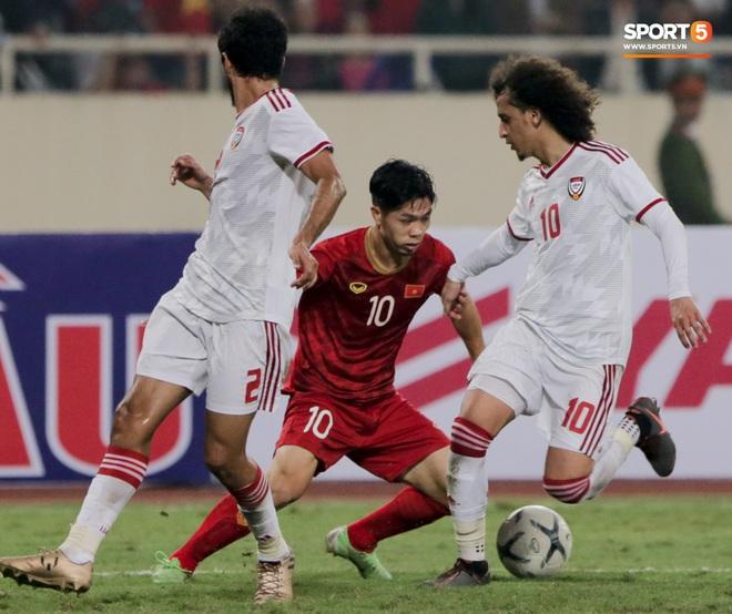 Công Phượng đi bóng như đâm vào tường, trở thành trò cười cho cầu thủ UAE và khán giả Việt - ảnh 4