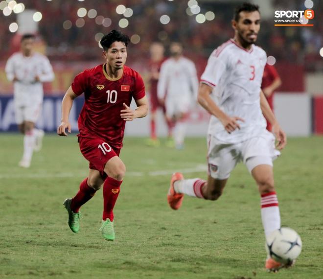 Công Phượng đi bóng như đâm vào tường, trở thành trò cười cho cầu thủ UAE và khán giả Việt - ảnh 9