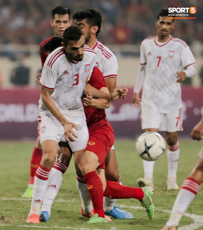 Công Phượng đi bóng như đâm vào tường, trở thành trò cười cho cầu thủ UAE và khán giả Việt - ảnh 3