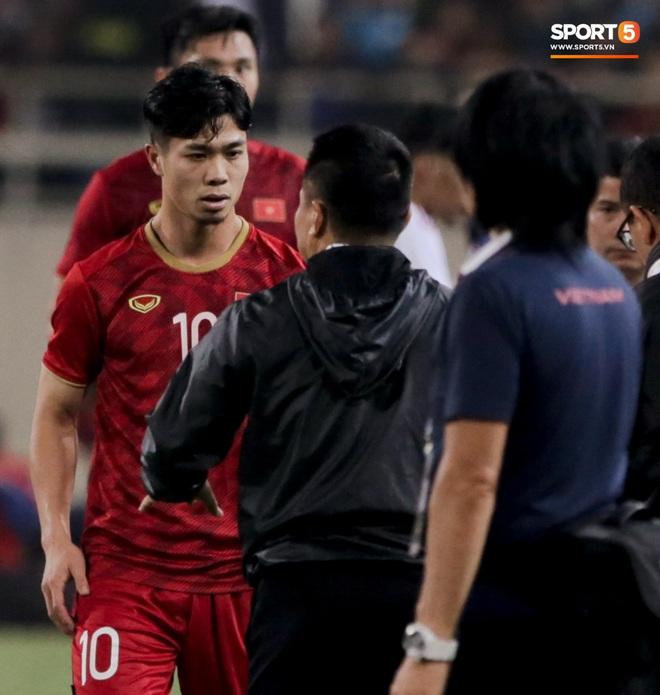 Công Phượng đi bóng như đâm vào tường, trở thành trò cười cho cầu thủ UAE và khán giả Việt - ảnh 13