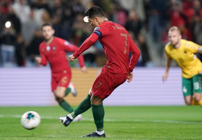 Ronaldo lập hat-trick, tuyển Bồ Đào Nha thắng set tennis trắng để tiến sát vé dự Euro 2020 - ảnh 2
