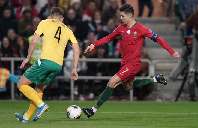 Ronaldo lập hat-trick, tuyển Bồ Đào Nha thắng set tennis trắng để tiến sát vé dự Euro 2020 - ảnh 3