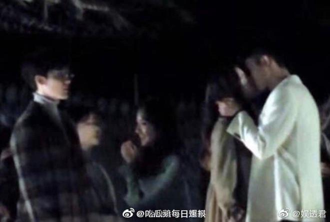 """Địch Lệ Nhiệt Ba hôn Hoàng Cảnh Du nồng nhiệt, nhưng netizen chỉ quan tâm đến trai đẹp """"Trần Tình Lệnh"""" là sao ta? - Ảnh 6."""